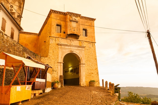Puerta de la ciudad de motovun