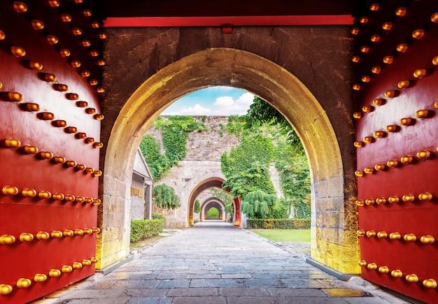 Puerta de la ciudad roja tradicional china