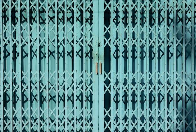 Puerta corredera de acero azul - luz y sombra