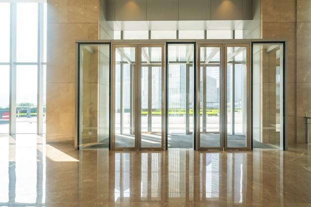 Puerta de cristal de entrada de pasillo de oficina