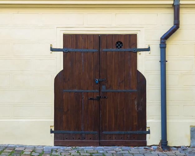 Puerta doble de madera vieja.