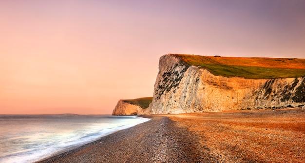 Puerta de durdle en la costa jurásica en dorset reino unido