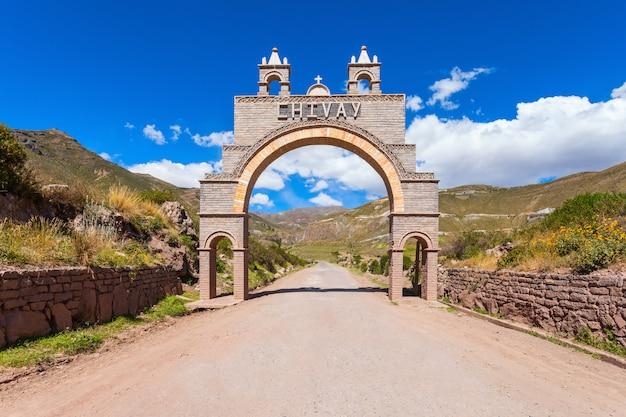 Puerta de entrada a la ciudad de chivay en perú.