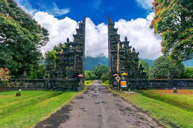 Puerta de entrada grande en bali, indonesia