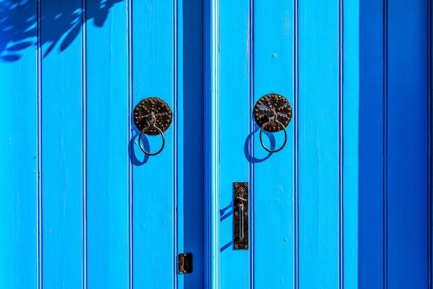Puerta de estilo mediterráneo azul degradado
