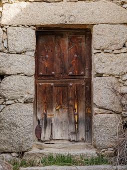 Puerta exterior de madera cerrada de una casa antigua
