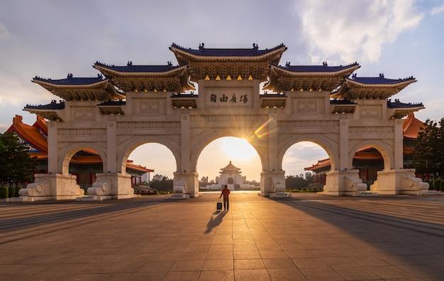 Puerta frontal del salón conmemorativo de chiang kai shek en la ciudad de taipei, taiwán