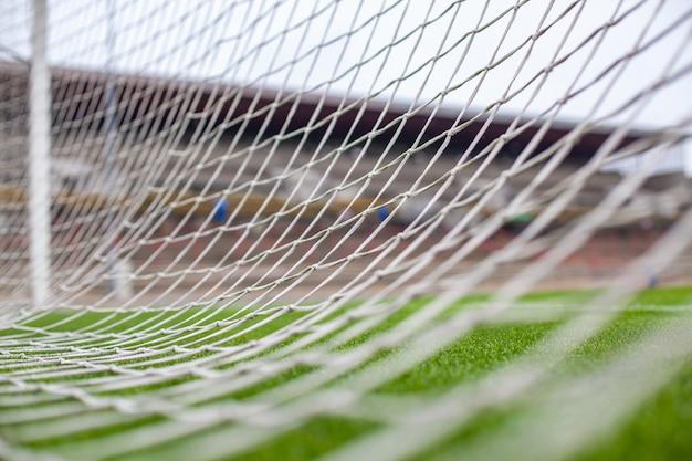 Puerta de fútbol en campo de hierba verde