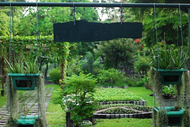 Puerta de jardín de hierbas con llamarada solar