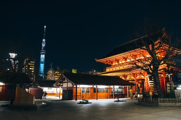 Puerta kaminarimon en la luz nocturna del templo sensoji-ji - distrito de asakusa, tokio