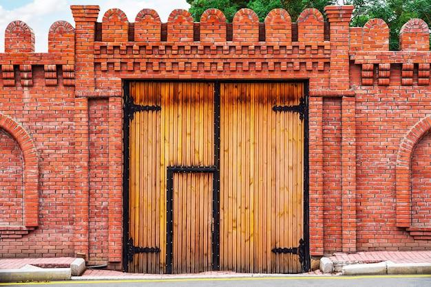 Puerta de madera antigua en una pared de ladrillos