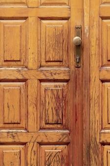 Puerta de madera envejecida con pomo de metal.