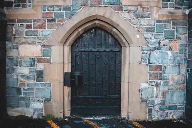 Puerta de madera marrón
