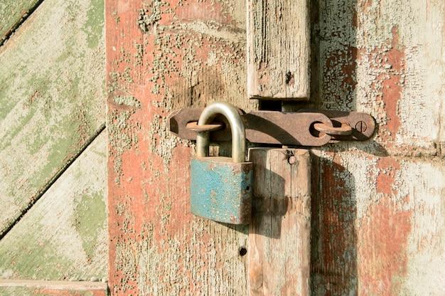 Puerta de madera del primer con la cerradura.