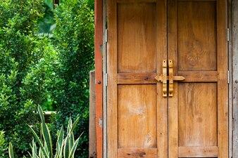 Puerta de madera retro belleza en el jardín día