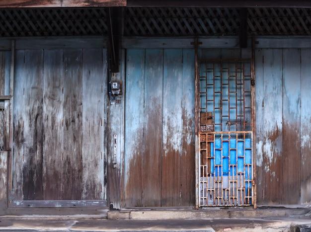 Puerta de madera retro vintage y cerradura deslizante