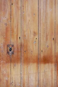 Puerta de madera rugosa