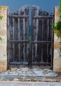 Puerta de madera vieja en la valla
