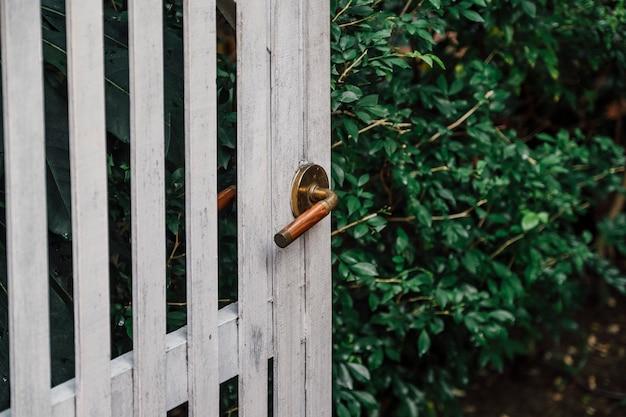 Puerta y manija antiguas para estilo hogar.