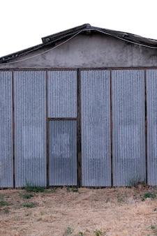 Puerta metálica de fábrica en el campo.