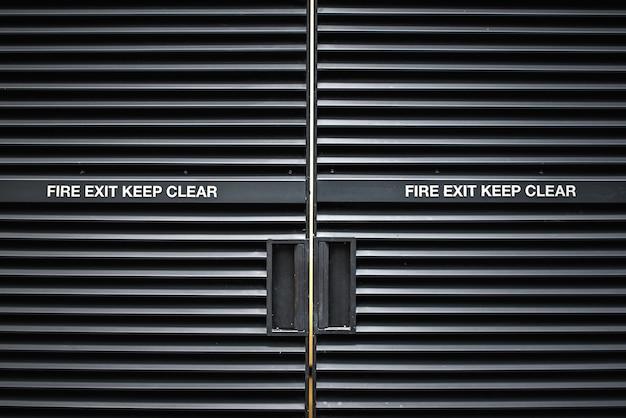 Puerta metálica moderna de salida de incendios
