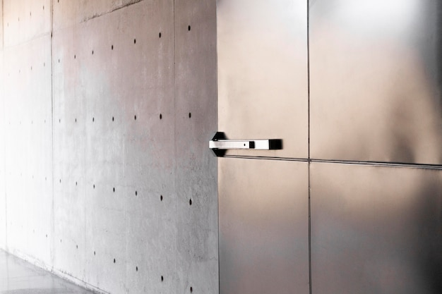 Puerta metálica oxidada con fondo de manija