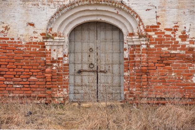 Puerta metálica en la pared de la fortaleza