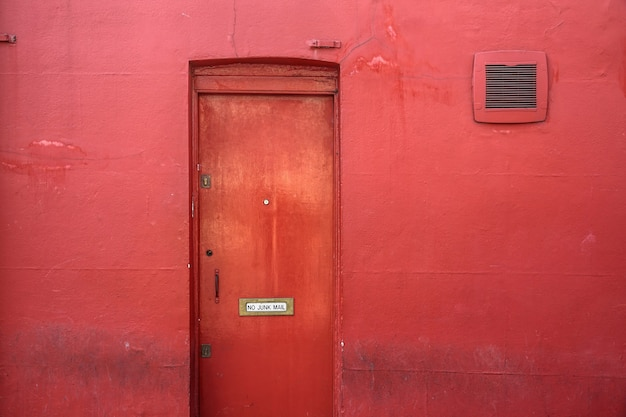 Puerta metálica roja cerrada