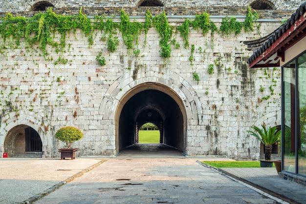 Puerta de la muralla de la ciudad antigua