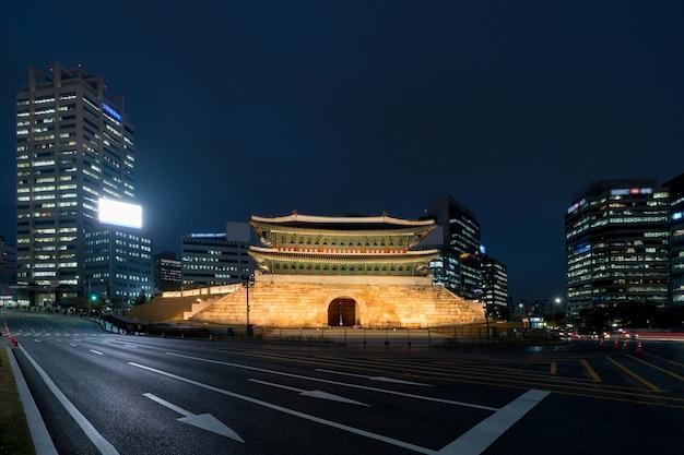 Puerta de namdaemun en la vista del horizonte del área del distrito financiero de seúl desde la calle por la noche en seúl, corea del sur. turismo asiático, vida moderna en la ciudad o concepto de economía y finanzas empresariales