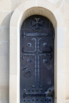 Puerta negra de hierro cerrada a la iglesia cristiana.