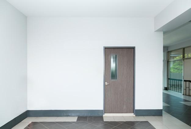 Puerta en pared vacía