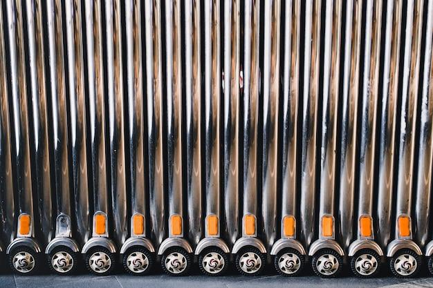 Puerta plegable retráctil de acero inoxidable para mayor seguridad.