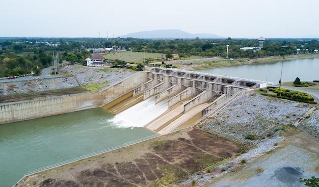 Puerta de la presa del proyecto de represa pa sak cholasit