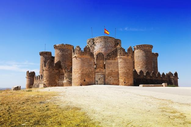 Puerta principal en el castillo mudéjar gótico