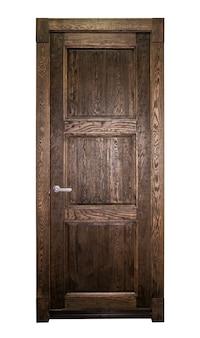 Puerta principal marrón aislada en blanco