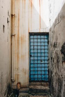 Puerta rústica y exterior de una casa en penang