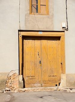 Puerta rústica en un pueblecito de españa.