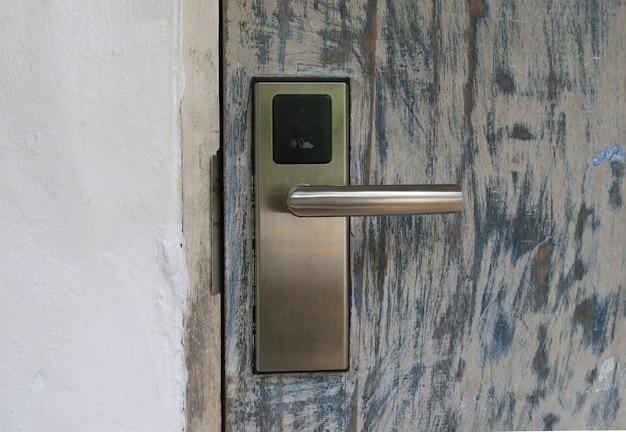 Puerta de seguridad con tarjeta llave