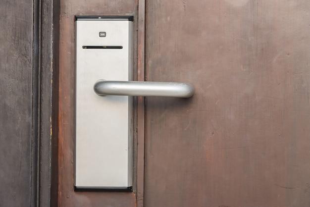 Puerta con un sistema de acceso
