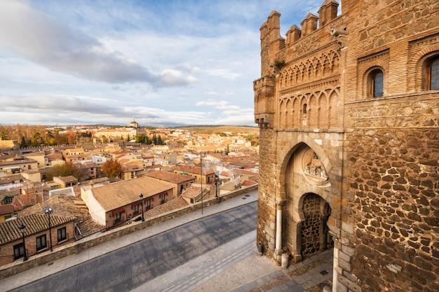 Puerta del sol, entrada histórica a la ciudad medieval de toledo, españa.