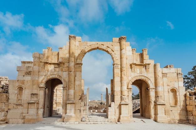 Puerta sur de la antigua ciudad romana de gerasa, jerash moderno, jordania