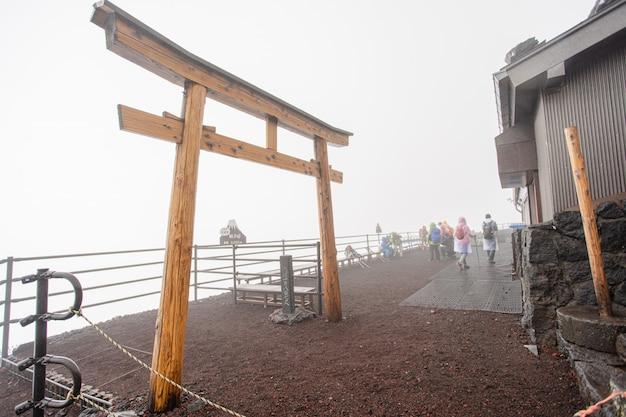 Puerta de templo de madera toroi japón