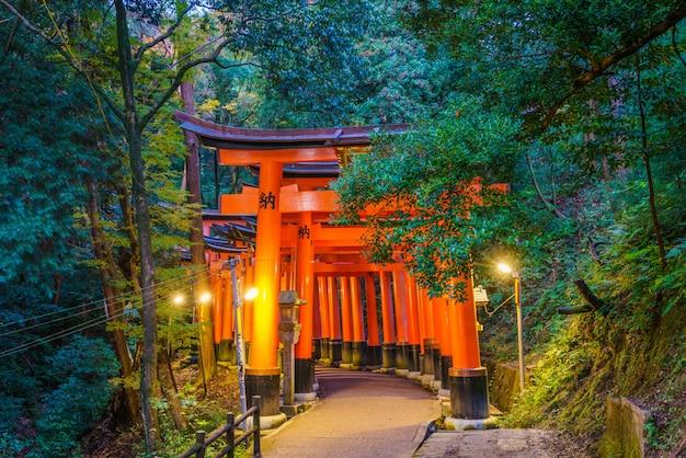 Puerta de los toros rojos en fushimi inari shrine temple en kyoto, japón