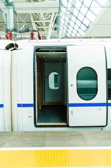 Puerta del tren de alta velocidad