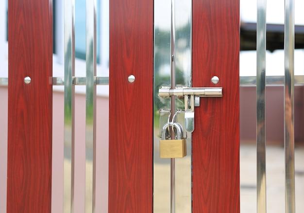 Puerta de valla moderna con manija y cerradura con llave
