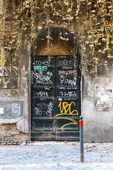 Puerta verde vieja pintada en barrio antiguo