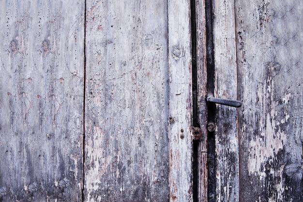 Puerta vieja manija oxidada y cerradura, italia