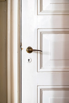 Puerta vintage con manija de puerta antigua