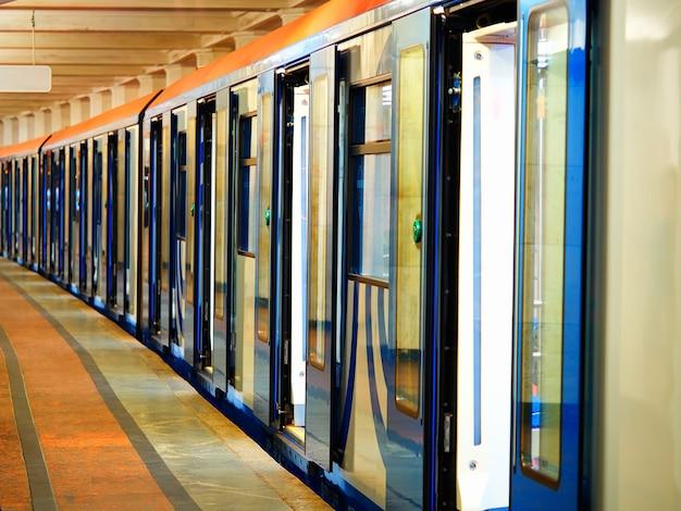 Puertas abiertas del fondo de transporte de vagón de metro
